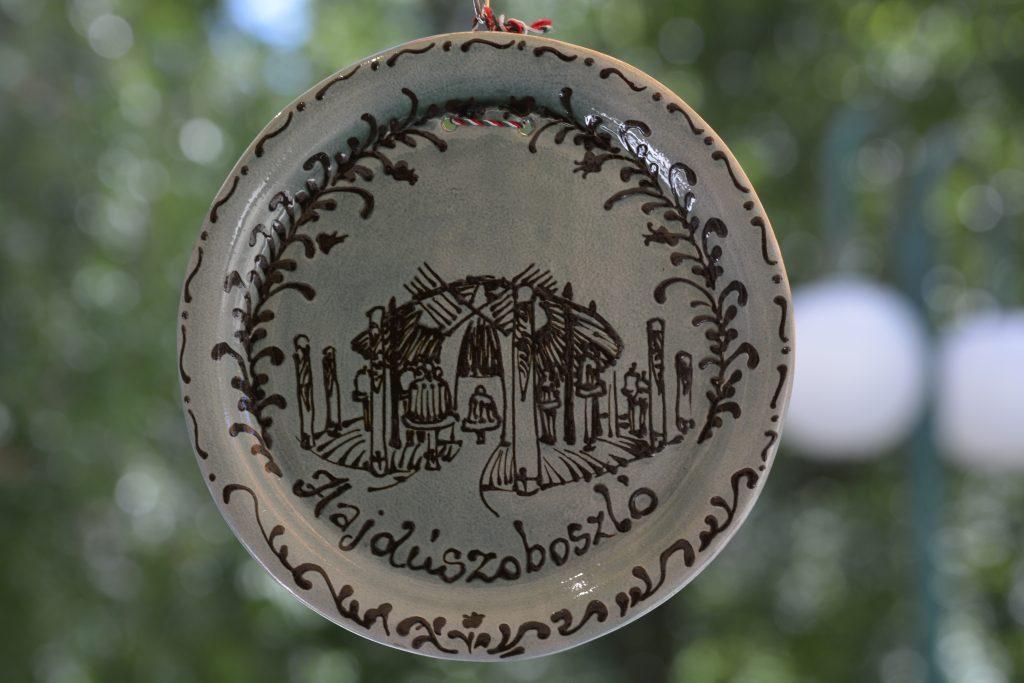 Hajdúszoboszlói fali tányér nagy szürke
