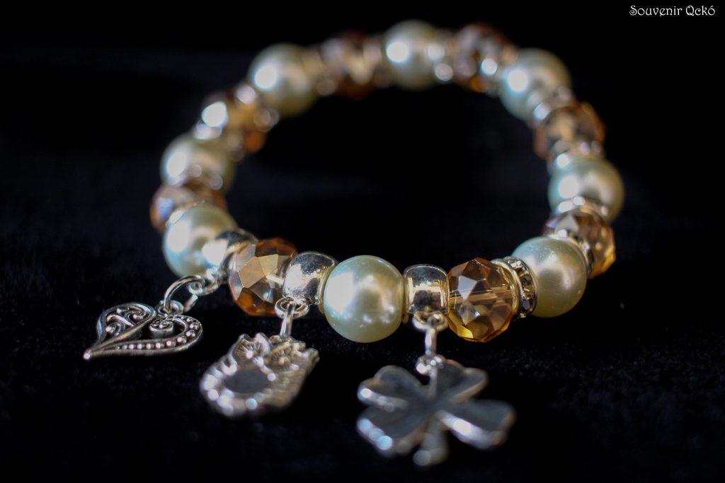 Női karkötő színes gyöngyökkel, szív, bagoly és lóhere  medállal egyben