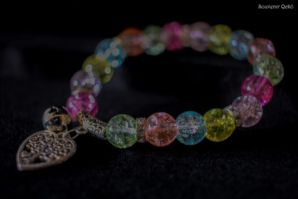 Női karkötő színes gyöngyökkel, szív medállal