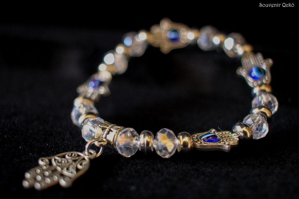Női karkötő színes gyöngyökkel, Fatima keze medállal