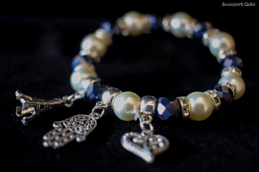 Női karkötő színes gyöngyökkel, Eiffel torony, Fatime keze és szív medállal egyben