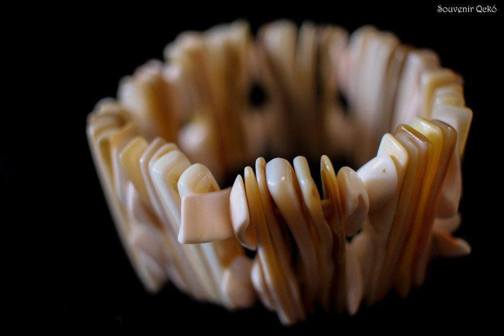 Női karkötő kagylóból csont színű
