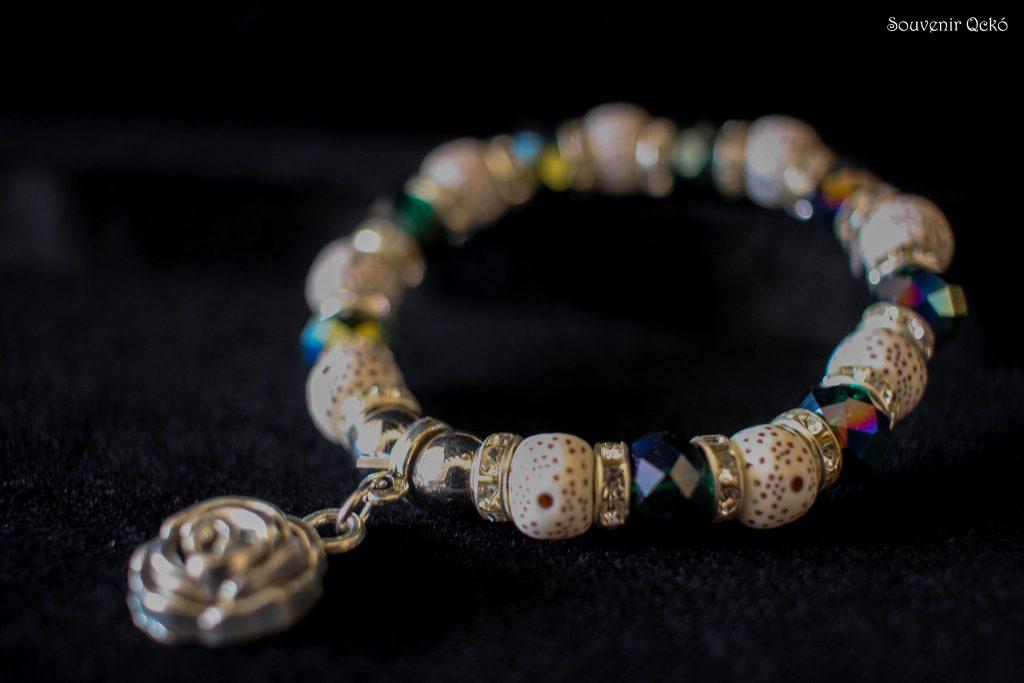 Női karkötő színes gyöngyökkel, rózsa medállal