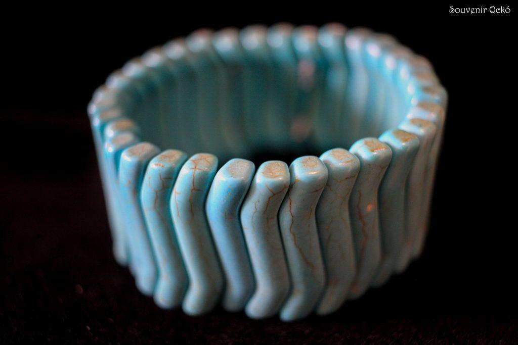 Női karkötő színezett kagylóból türkiz kék