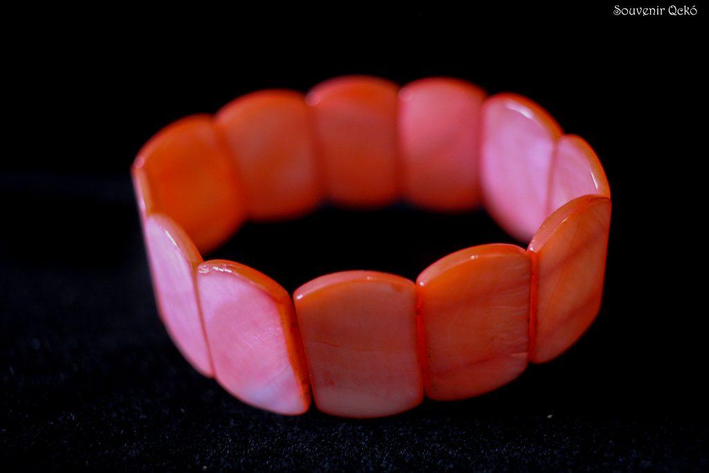 Női karkötő színezett kagylóból korall színű