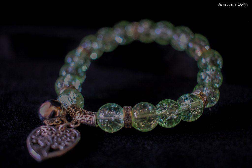 Női karkötő színes gyöngyökkel, szív alakú életfa medállal