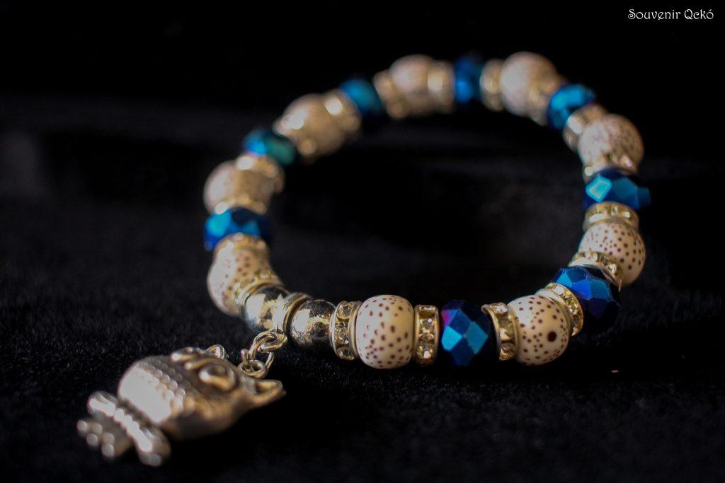 Női karkötő színes gyöngyökkel, bagoly medállal
