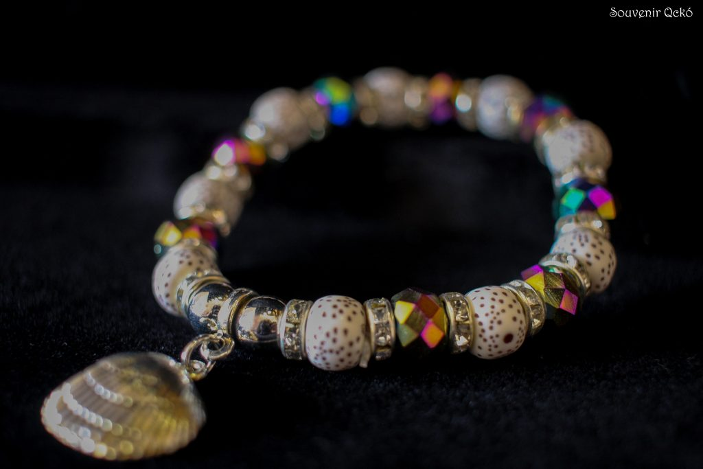 Női karkötő színes gyöngyökkel, kagyló formájú medállal